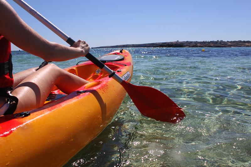 Desde los 4 aos la Escuela Municipal de Vela ofrece cursos de deportes acuticos a nios y nias Formentera. Viver sem pressa