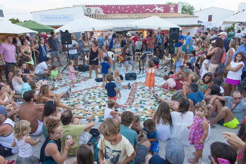 Musica en directo para todos en el Mercado de la Mola Formentera. Viver sem pressa